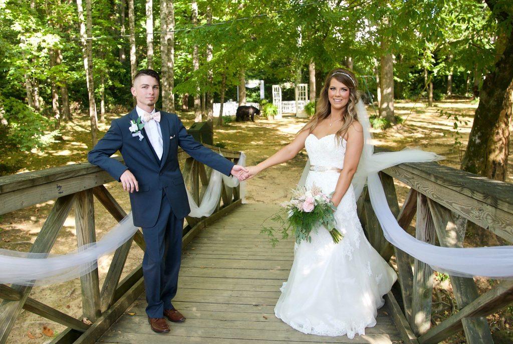 Αρκούδα κάνει photobombing σε φωτογράφιση γάμου!