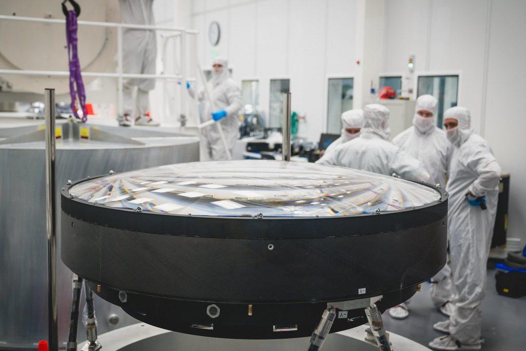 Ο μεγαλύτερος φακός του κόσμου έχει διάμετρο 1.57 μέτρα και θα μπει σε κάμερα ανάλυσης 3.200 megapixels
