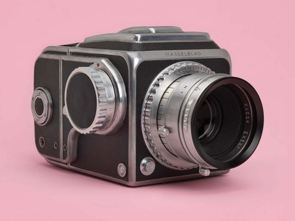 Hasselblad 1600F: Η πρώτη SLR μεσαίου φορμά φωτογραφίζεται από την Hasselblad H6D-100c