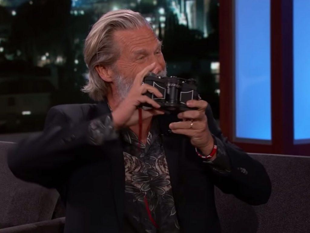 Ο Jeff Bridges μιλάει στον Jimmy Kimmel για το φωτογραφικό του έργο και την κάμερα του