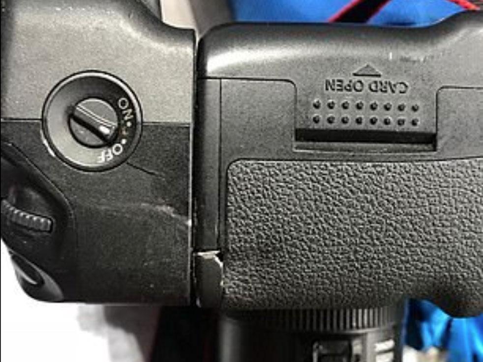 O Mario Balotelli κατέστρεψε μία DSLR της Canon κλωτσώντας την κατά τη διάρκεια της αποχώρησης του από το γήπεδο