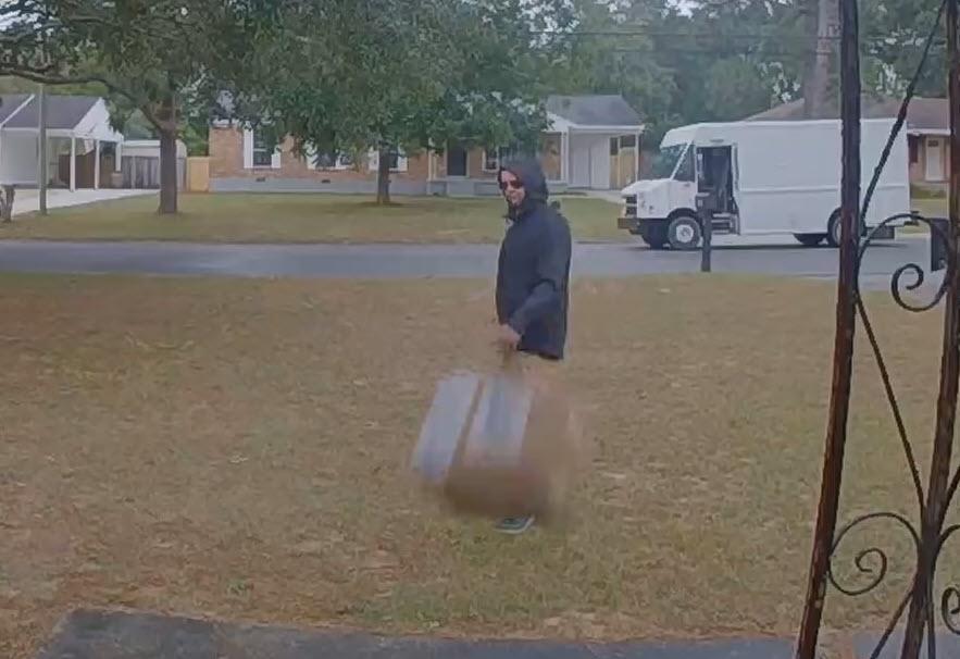 Υπάλληλος courier πιάστηκε  σε βίντεο να πετάει κουτί με φακό αξίας 1.500$ σε εξώπορτα πελάτη
