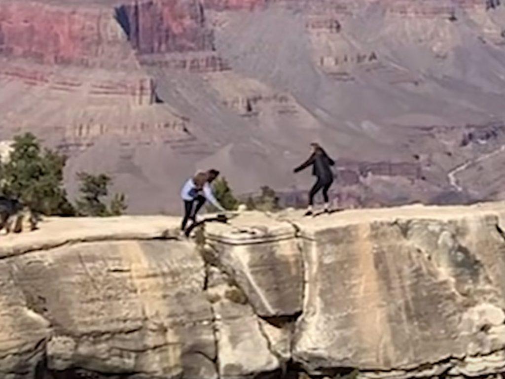 Γυναίκα παραλίγο να σκοτωθεί στο Grand Canyon για μία φωτογραφία [video]