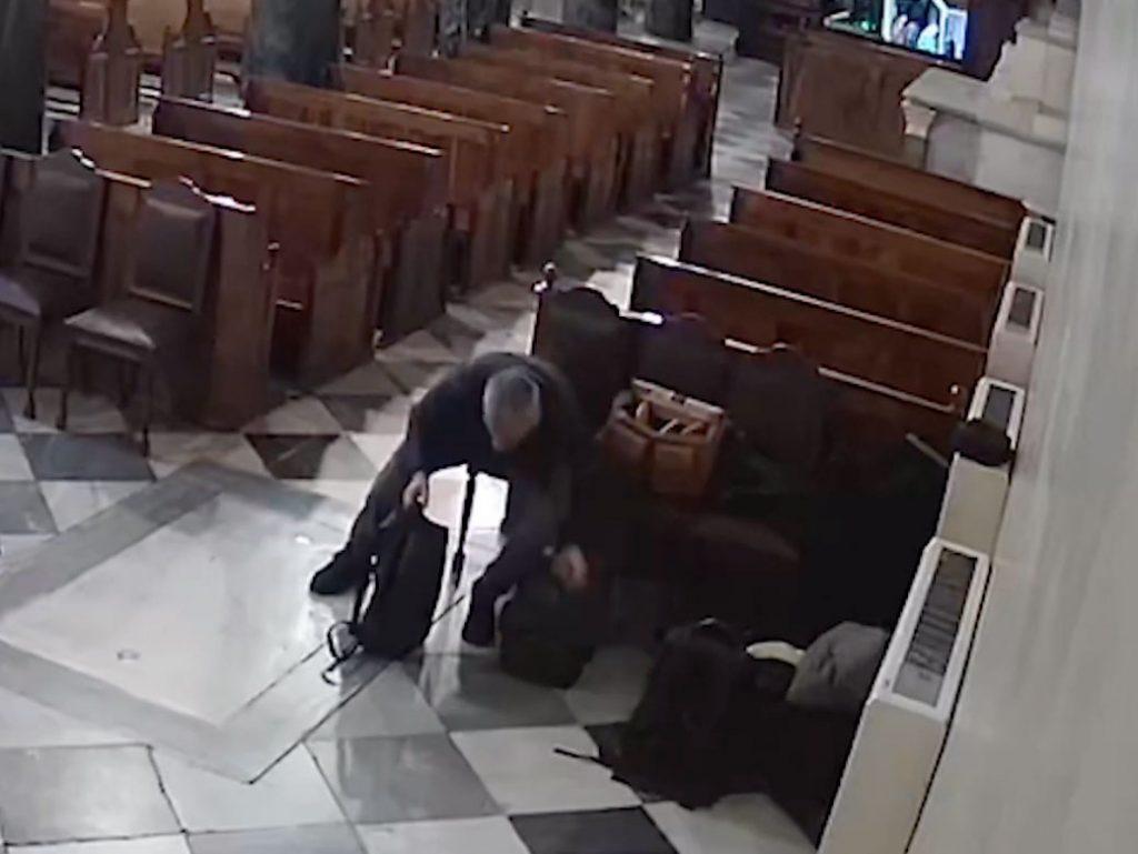 Βίντεο κατέγραψε κλέφτη να αφαιρεί κάμερα από ναό της Αθήνας κατά τη διάρκεια γάμου