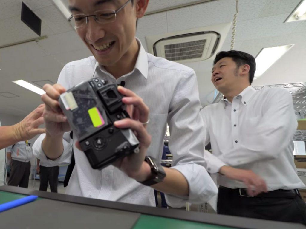 Στα άδυτα του εργοστασίου της Fujifilm, βλέπουμε πόσο δύσκολη είναι η συναρμολόγηση μίας κάμερας