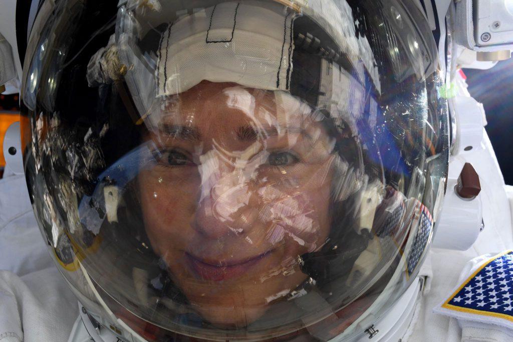 Αστροναύτης βγάζει επική selfie σε διαστημική βόλτα με την Nikon D5!
