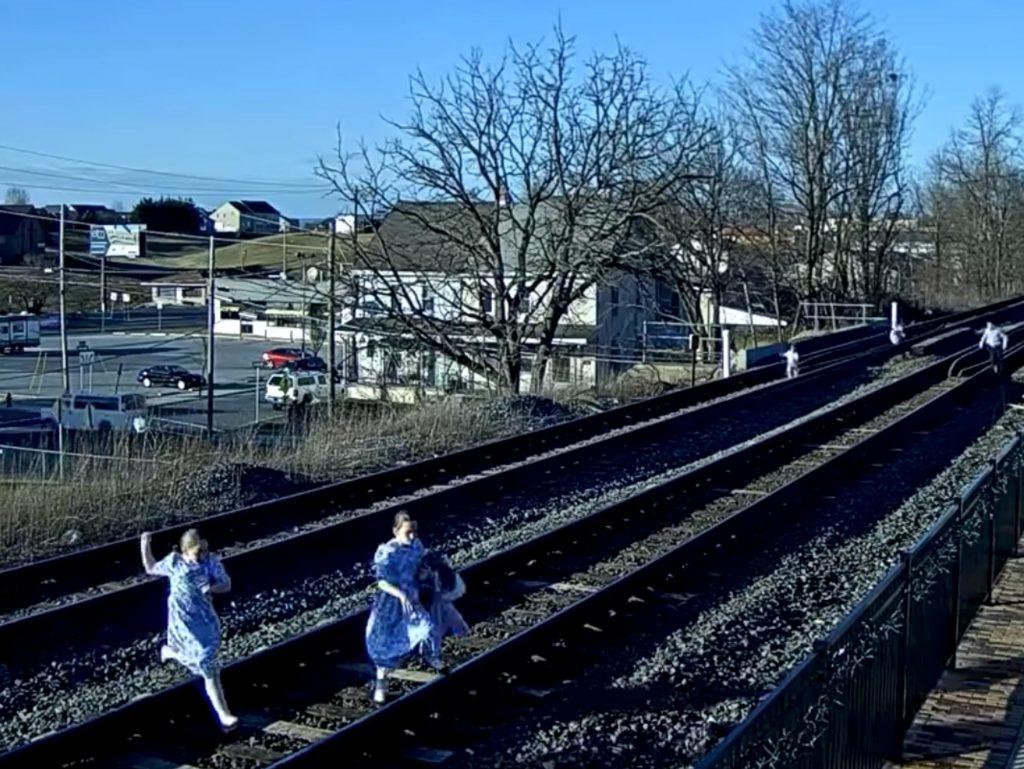 Φωτογράφος και οικογένεια γλυτώνουν από θαύμα από διερχόμενο τραίνο! Δες τι να μην κάνεις ΠΟΤΕ!