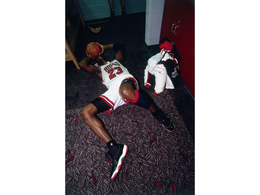 Ο φωτογράφος Barry Gossage λέει την ιστορία πίσω από την πιο συγκινητική φωτογραφία του Michael Jordan!