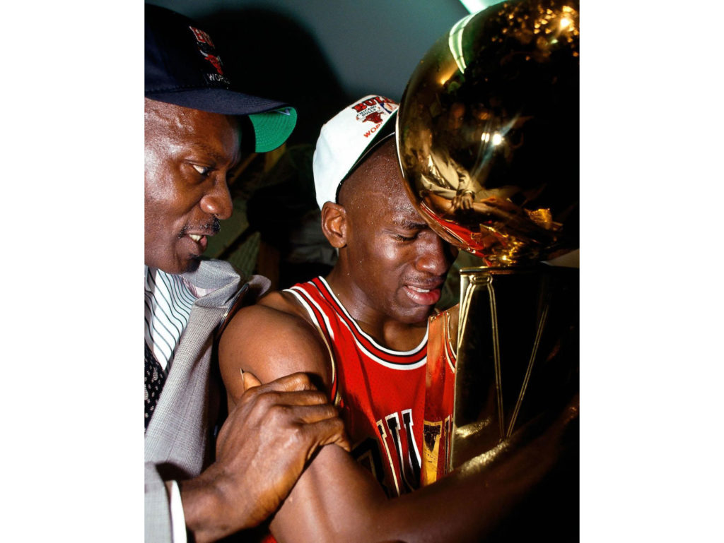 O Andrew Bernstein μιλάει για την ιστορική φωτογραφία του Michael Jordan στην οποία κλαίει αγκαλιά με το πρώτο τρόπαιο πρωταθλήματος!