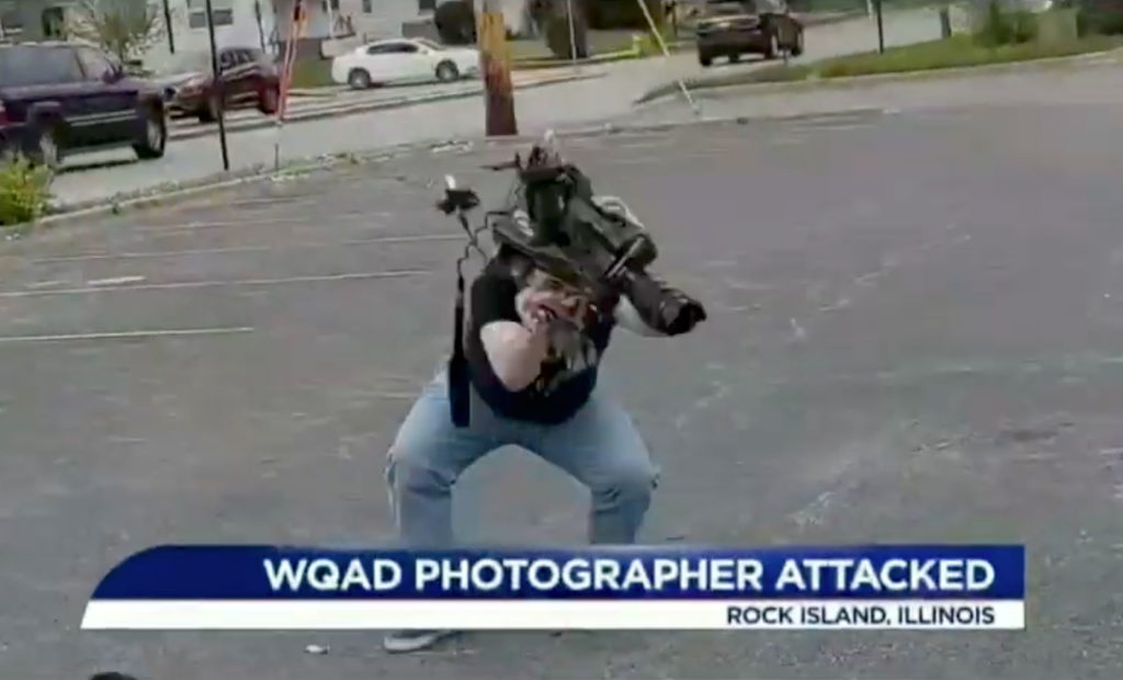 Βίντεο: Περαστικός σπάει την κάμερα βιντεολήπτη ειδήσεων στο έδαφος με τεράστιο μίσος!