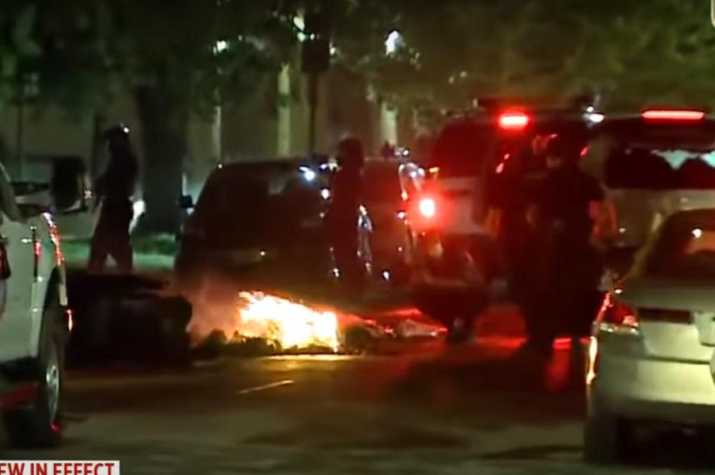Αστυνομικός έσπρωξε φωτογράφο ρίχνοντας τον στο έδαφος, για να τον απομακρύνει από τον δρόμο