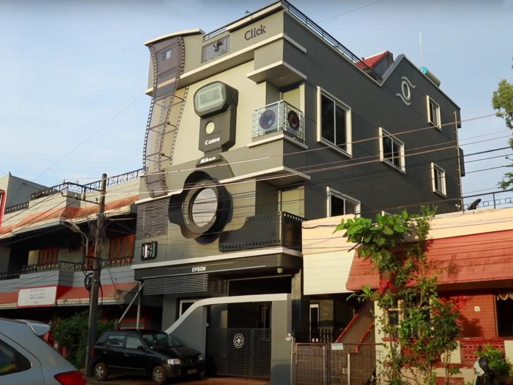 Φωτογράφος ζει σε σπίτι που έχτισε ώστε να μοιάζει με κάμερα και ονόμασε τους τρεις γιους του Canon, Nikon και Epson!