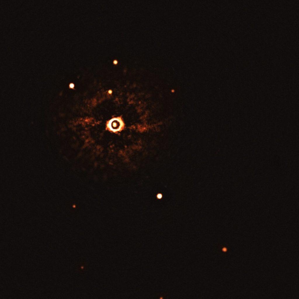 Αυτή είναι η πρώτη εικόνα ενός συστήματος πολλαπλών πλανητών γύρω από ένα αστέρι που μοιάζει με τον ήλιο!