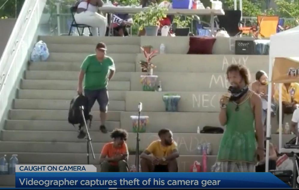 Βιντεογράφος κατέγραψε σε βίντεο την κλοπή της τσάντας του με εξοπλισμό χιλιάδων δολαρίων!