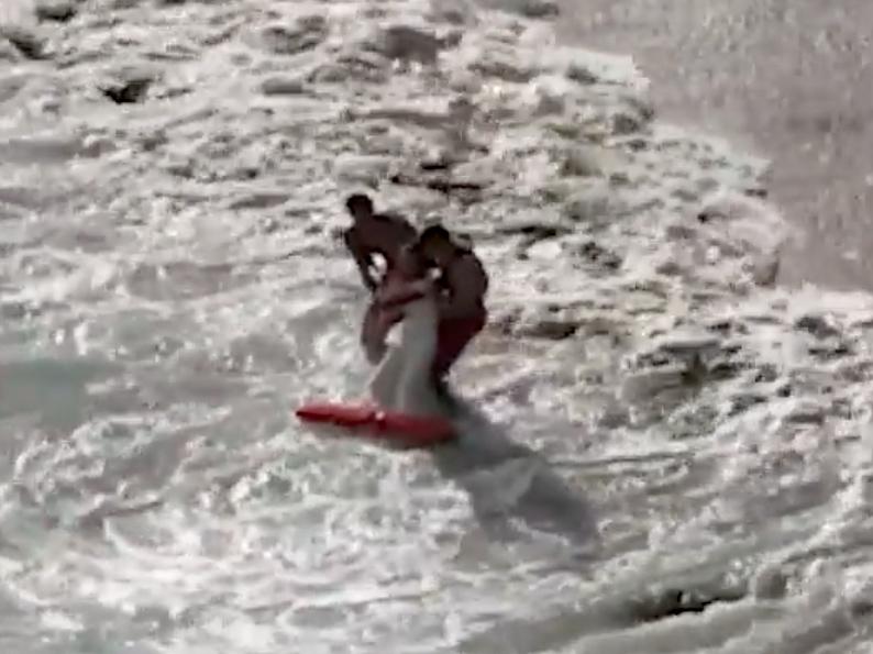 Φωτογράφιση γάμου: Τεράστιο κύμα παρέσυρε ζευγάρι στην θάλασσα, την νύφη έσωσαν ναυαγοσώστες [βίντεο]
