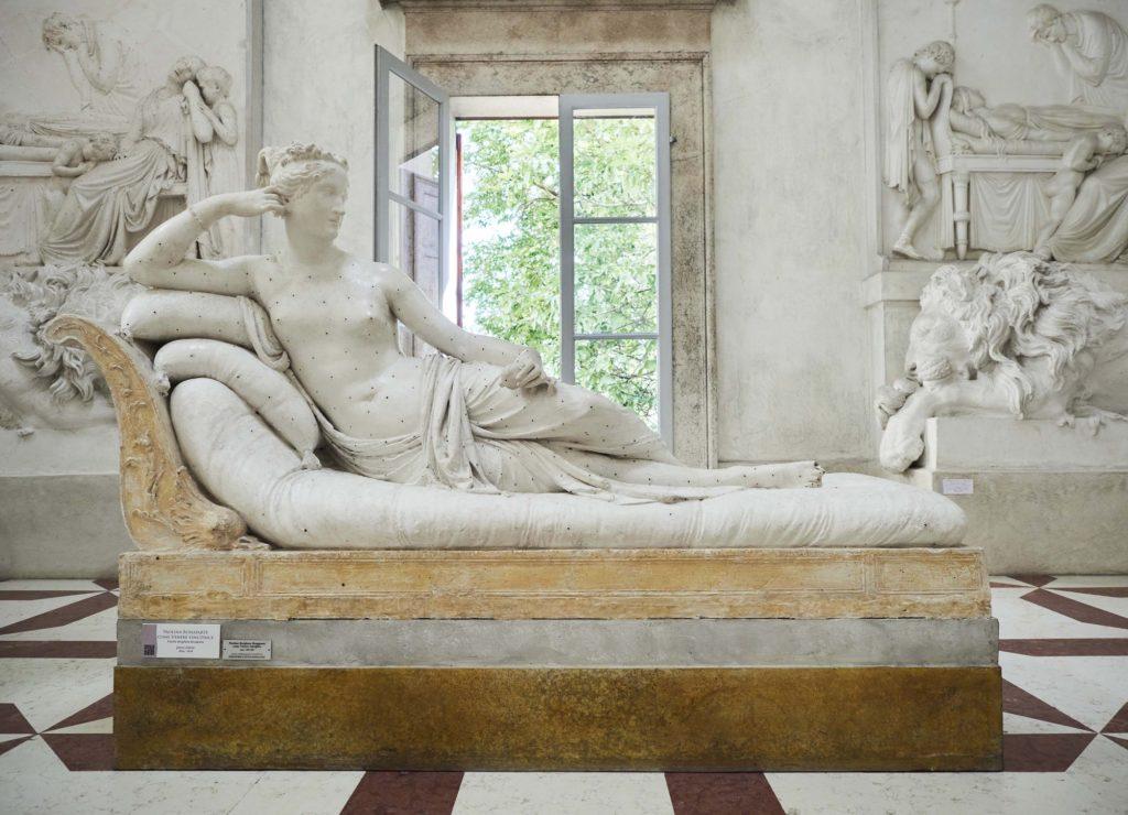 Τουρίστας έκανε ζημιά σε γλυπτό του 1804 γιατί ξάπλωσε πάνω του για μία φωτογραφία!
