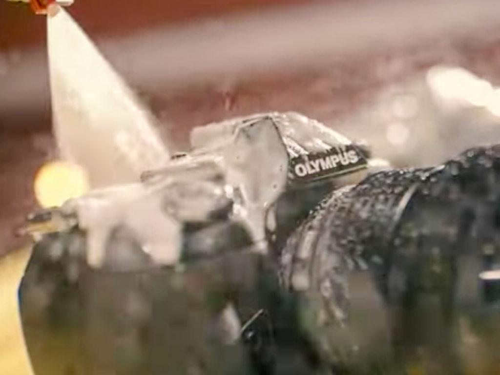 Olympus: Δείχνει σε βίντεο πως απολυμαίνεις την κάμερα σου (κάνοντας την και μπάνιο με σαπουνόνερο)!