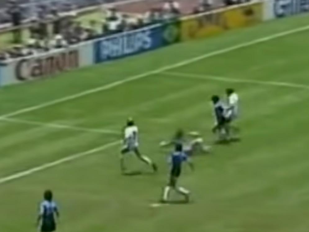 Diego Armando Maradona: Το καλύτερο καρέ από το γκολ του αιώνα!