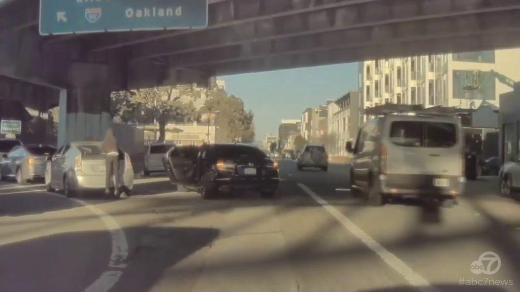 Σοκαριστικό βίντεο! Κλέφτες σπάνε το τζάμι αυτοκινήτου μέσα στην κίνηση και κλέβουν τσάντα με εξοπλισμό 6.000 ευρώ!