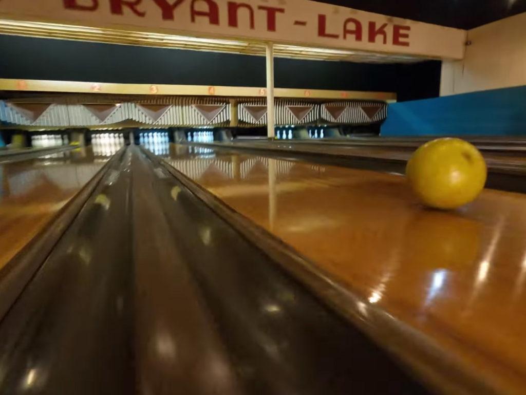 Απίστευτο βίντεο από πτήση μέσα σε αίθουσα bowling δείχνει τις δυνατότητες των FPV drones!