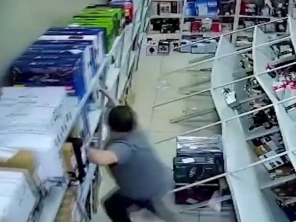 Εφιάλτης: Ράφια γεμάτα κάμερες γκρεμίζονται σαν τραπουλόχαρτα [video]!