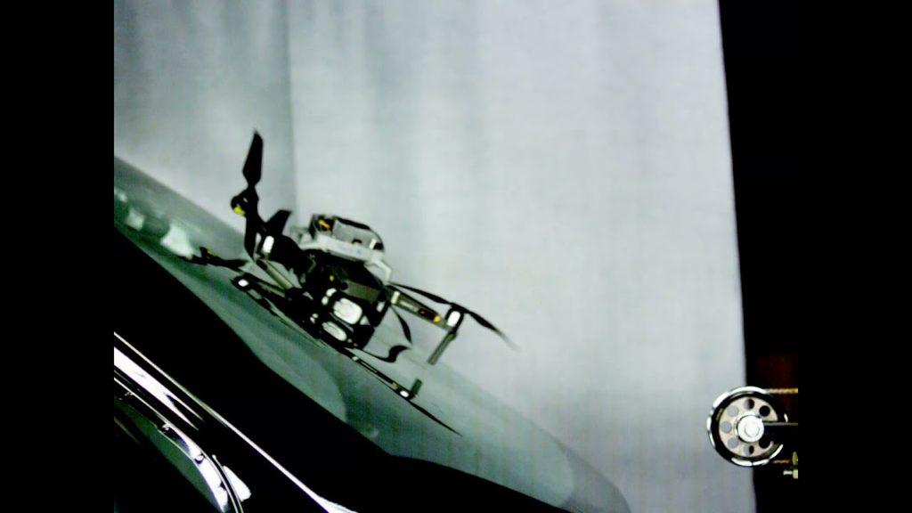 Τι συμβαίνει όταν ένα drone χτυπάει το παρμπρίζ ενός αυτοκινήτου; Δες το βίντεο!