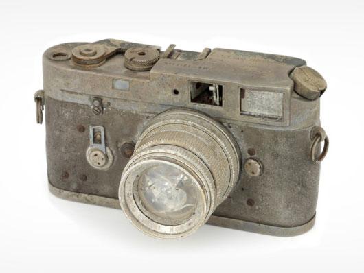 Αυτή η κατεστραμμένη από φωτιά Leica, δημοπρατήθηκε προς 1488 λίρες Αγγλίας, χωρίς προφανή λόγο…