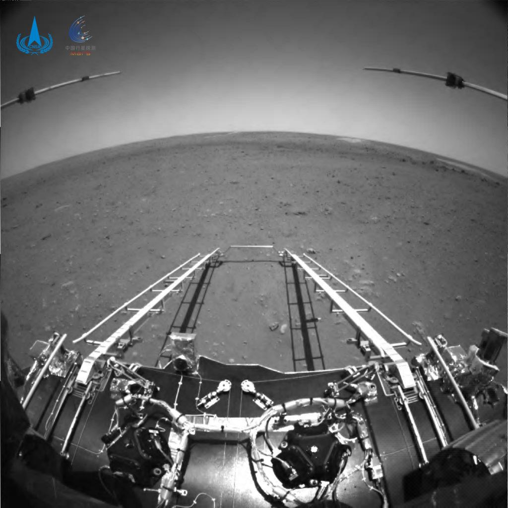 Η Κίνα δημοσίευσε τις πρώτες φωτογραφίες και βίντεο από το rover Zhurong στην επιφάνεια του Άρη