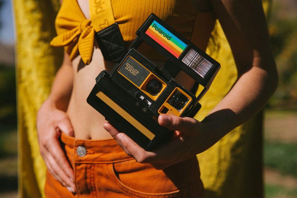 Polaroid: Νέα συνεργασία φέρνει στην αγορά νέα ρετρό κάμερα και σανδάλια!