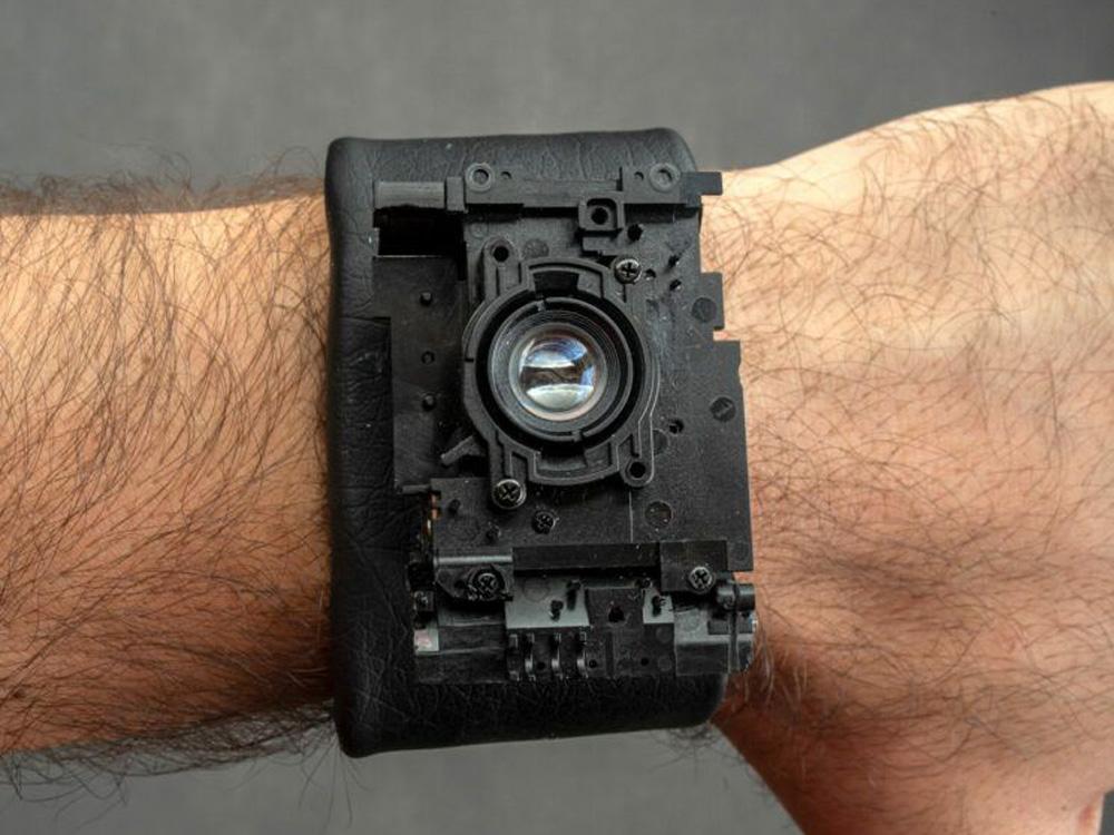 Φωτογράφος έφτιαξε κάμερα καρπού από παλιά χαλασμένη φιλμάτη κάμερα!