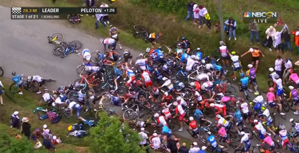 Θεατής πόζαρε δίπλα στον δρόμο και προκάλεσε ατύχημα και χάος στον ποδηλατικό γύρο της Γαλλίας!