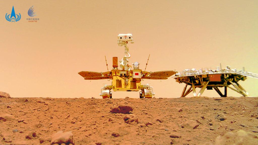 Το Zhurong Rover μας έστειλε την selfie του και μία πανοραμική εικόνα του Άρη και είναι εντυπωσιακές!