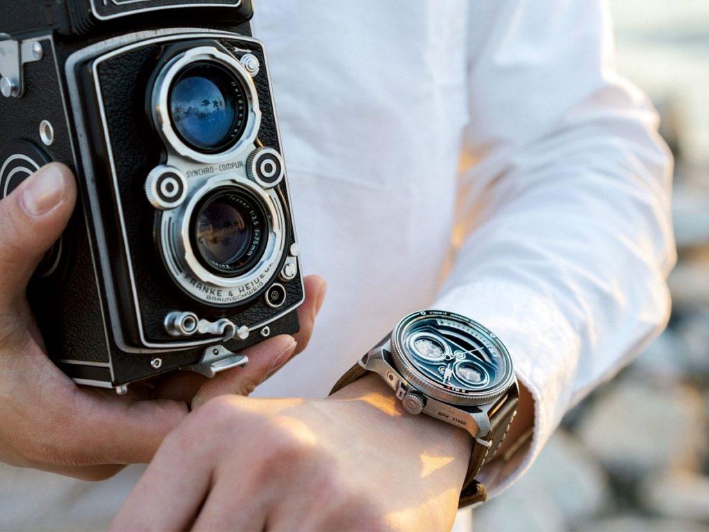 Αυτό το ρολόι είναι εμπνευσμένο από τις twin-lens reflex κάμερες και είναι υπέροχο!