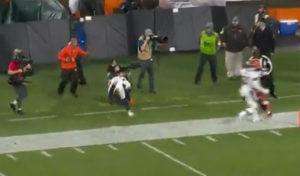 Φωτογράφος δέχεται σκληρό χτύπημα από παίχτη αλλά δεν αφήνει τις κάμερες να ακουμπήσουν στο έδαφος!